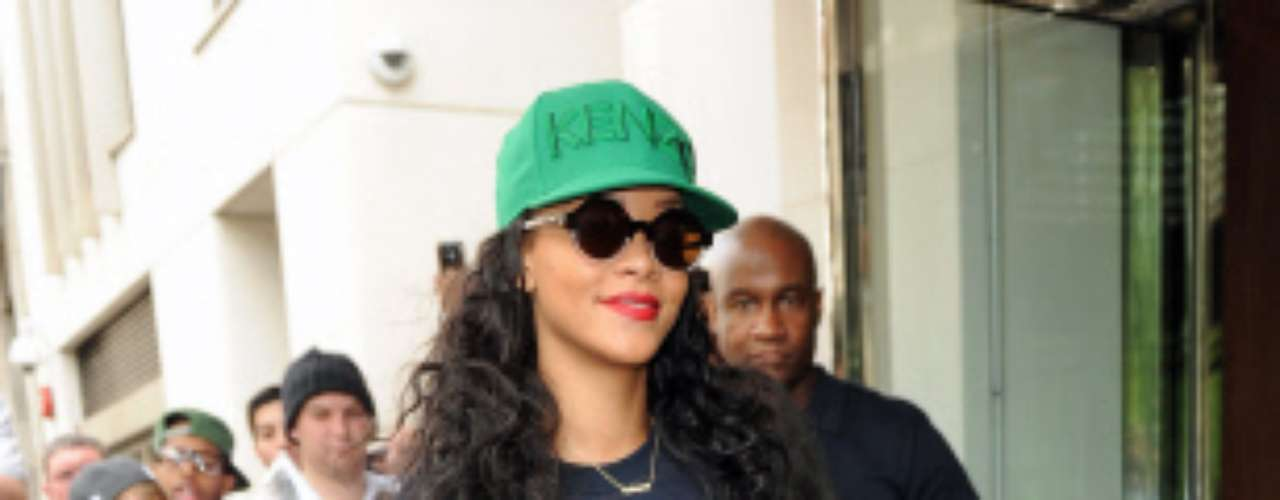 A Rihanna ya la tenemos 'calada' por suspender una y otra vez con sus estilismos. Aquí llevó la combinación shorts y botas pero de una manera demasiado peculiar.