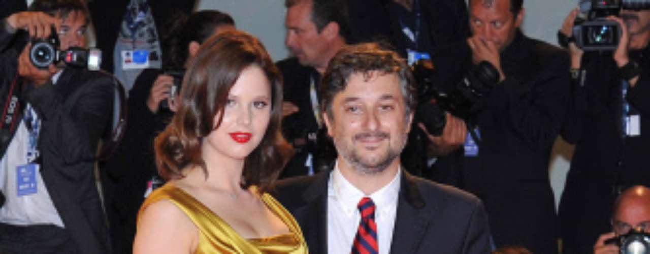El director de la película Harmony Korine posa con su mujer y protagonista de la película, Rachel Korine