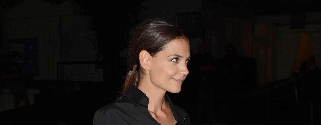 La actriz de la serie 'Los Kennedy' vistió con una falda de color beige y una camisa negra. Ante la prensa se mostró esquiva en la Semana de la Moda de Nueva York.