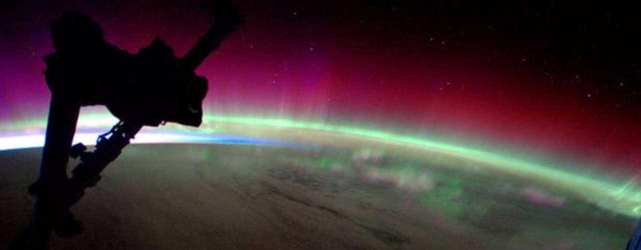 En el mes de abril de 2012, el astronauta holandés André Kuipers, a bordo de la Estación Espacial Internacional (ISS, por su sigla en inglés), publicó un registro hecho de la tempestad solar Aurora Austral. El fenómeno óptico ocurre cuando partículas emanadas por el Sol se chocan con la atmósfera de un planeta.