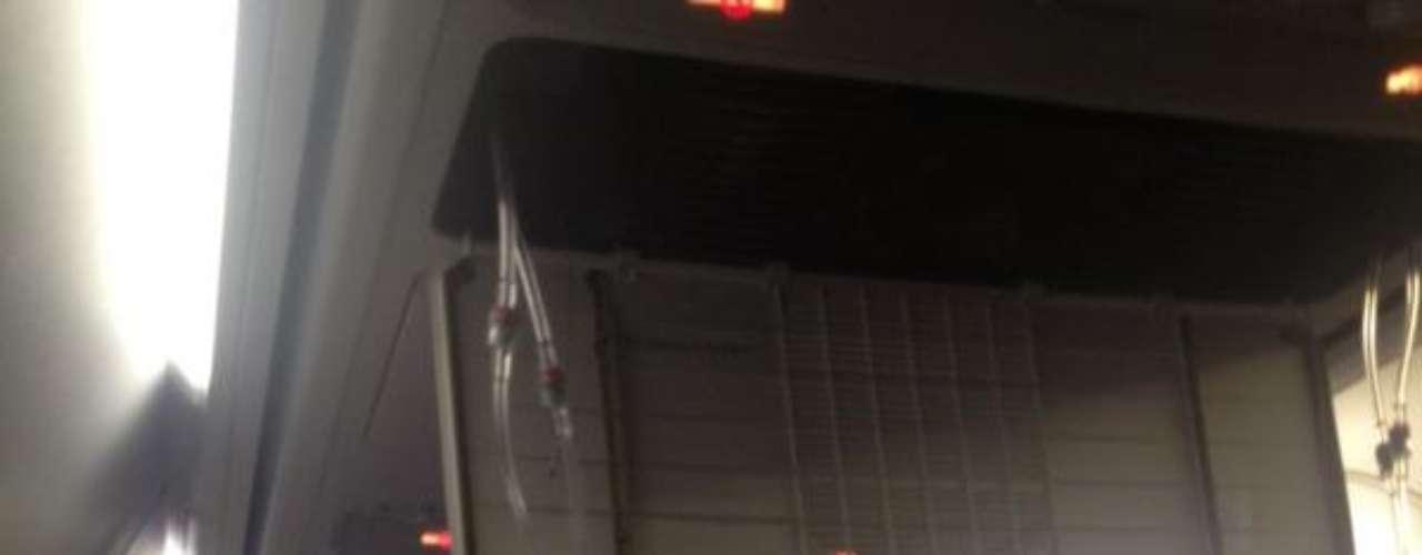 Imagen del interior del avión de la compañía irlandesa tras desplegarse las mascarillas