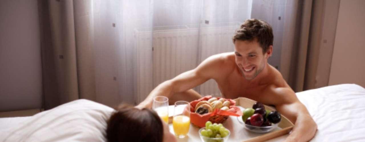 Que mejor manera de despertarlo a él ese día tan especial, con un delicioso desayuno hecho y llevado por ti en una ropa interior muy sensual.