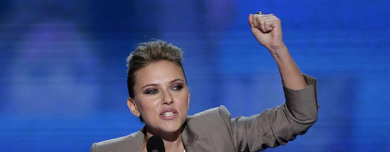 La actriz Scarlett Johansson apoyó al presidente Barack Obama asegurando que éste no representa el de los jóvenes actores de Hollywood, sino el de miles de jóvenes de todo el país, en particular de las mujeres.
