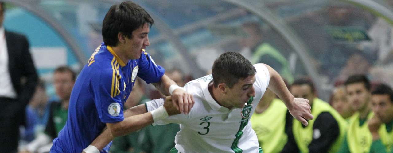 Kazakhstan's Ulan Konysbayev (L) struggles for the ball with Ireland's Stephen Ward.  REUTERS/Shamil Zhumatov