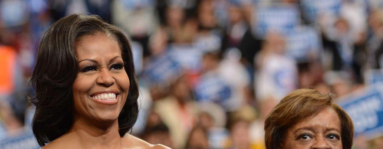 Antes de subir al escenario, la primera dama, Michelle Obama, acompañada por su madre, Marian Robinson, estuvo muy sonriente, apoyando a los oradores.