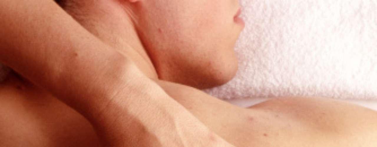 Sorpréndelo con un masaje erótico. Utiliza aceites aromatizados y lo más importante ¡con feromonas! para llevar el masaje a otro nivel.