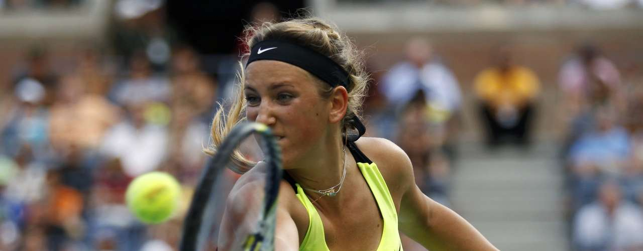 Victoria Azarenka of Belarus hits a return to Maria Sharapova of Russia during their women's semifinals match at the U.S. Open tennis tournament in New York September 7, 2012.  REUTERS/Kevin Lamarque