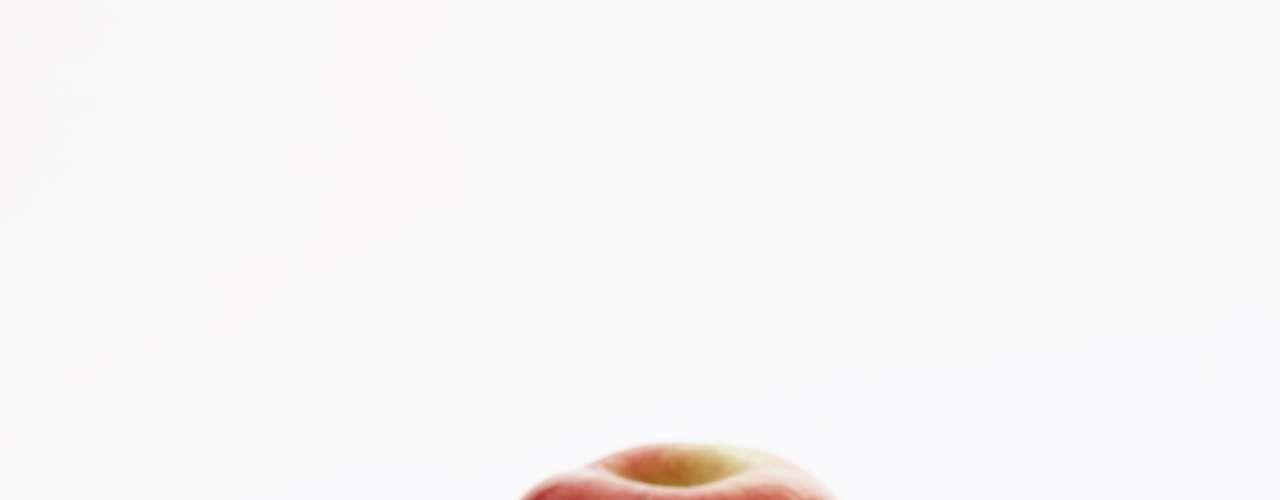 Puede combatir el cáncer. En 2004, una investigación francesa, publicada en WebMD, descubrió que una sustancia de la manzana es capaz de ayudar en la prevención del cáncer de colon. Un nuevo estudio, realizado en Cornell, en 2007, encontró compuestos adicionales, llamados triterpenos, que parecen luchar contra el cáncer de colon, hígado y mama.