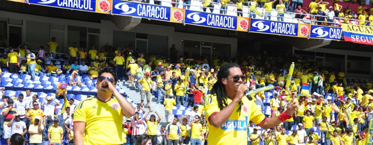 El dúo Dragón y Caballero amenizó la fiesta que se vivía en el previo del partido.