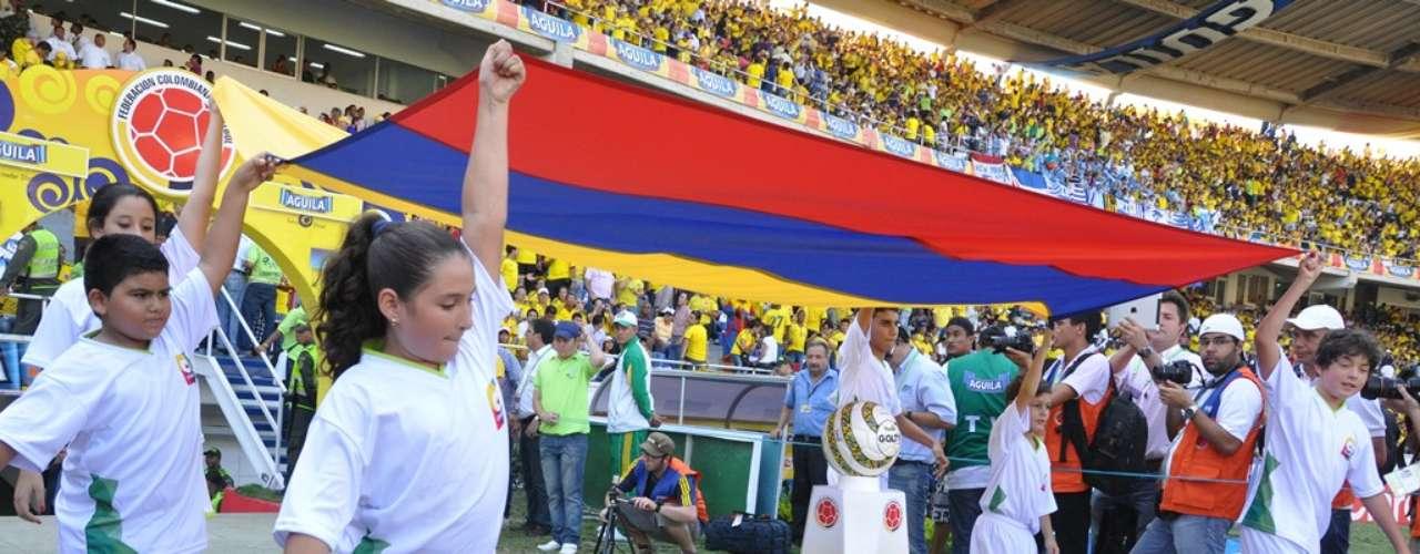El balón oficial del partido y la bandera colombiana para los actos de protocolo.