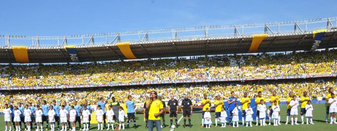 Vives cantó ante los 22 jugadores y 50.000 hinchas que  ocuparon el estadio.