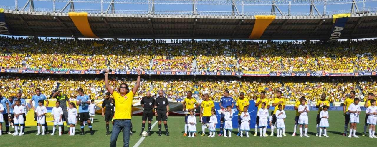 El cantante agradeció al público, para luego dar paso a que los equipos se posicionaran en el campo.