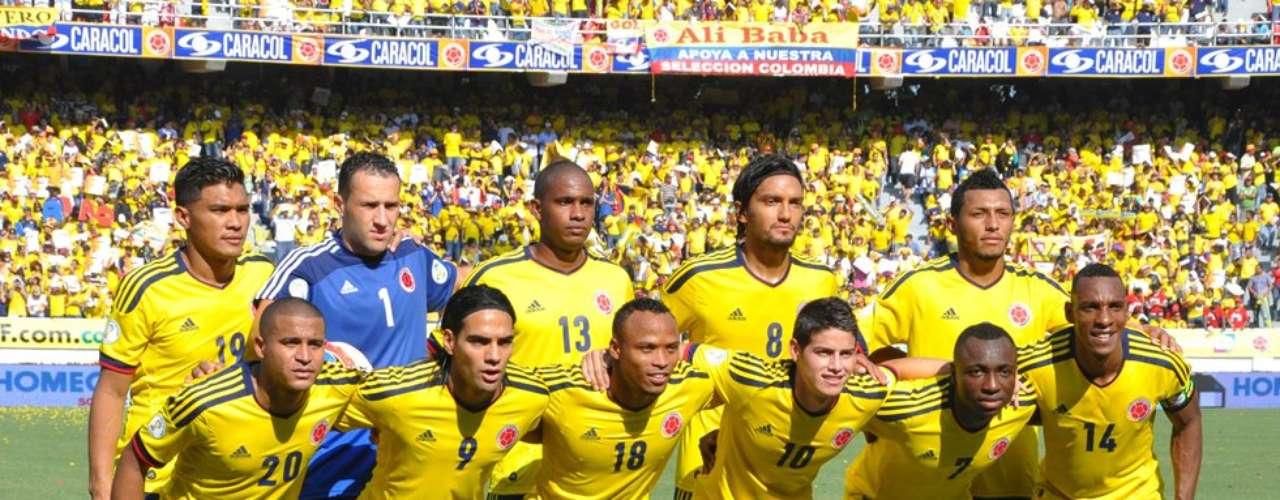 Los once jugadores que iniciaron el juego ante Uruguay. Abajo, de izquierda a derecha: Torres, Falcao, Zuñiga, J. Rodríguez, Armero y Perea. Arriba, de izquierda a derecha: Teófilo, Ospina, Valencia, Aguilar y Valdés.