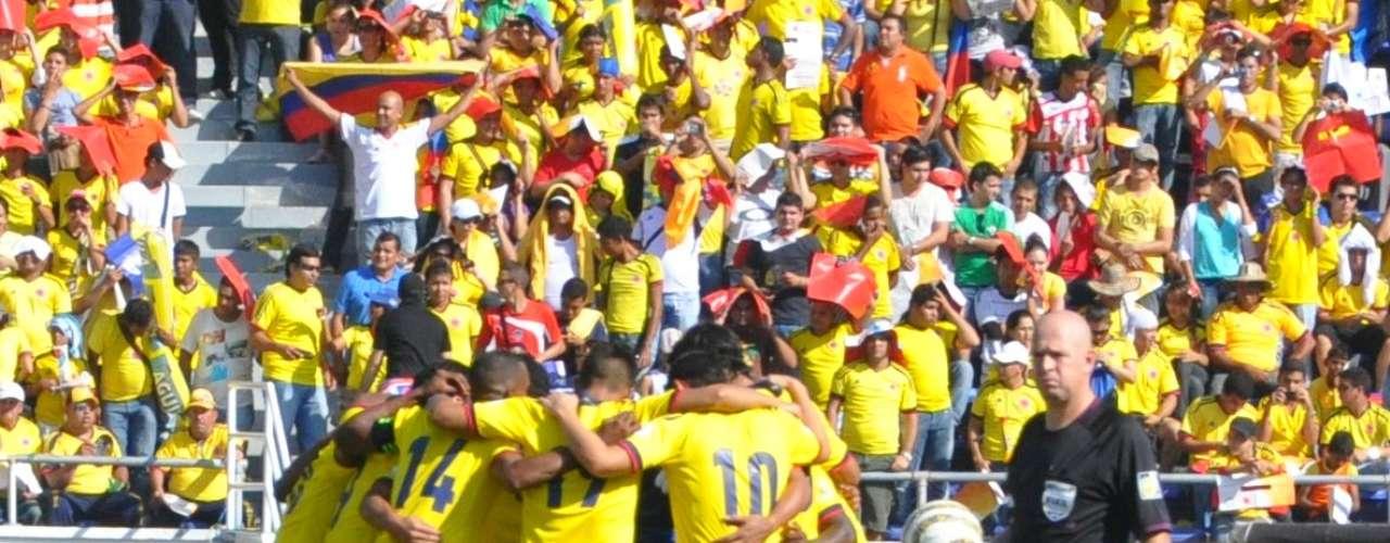 La Selección Colombia se reunió en círculo unos segundos antes de iniciar el partido. Pocos minutos después Falcao anotó el gol que le dio apertura a la goleada.