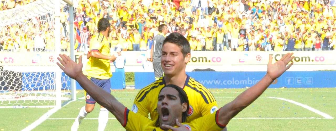 James Rodríguez corrió a abrazarlo, para festejar el inicio de un gran tarde de la selección.