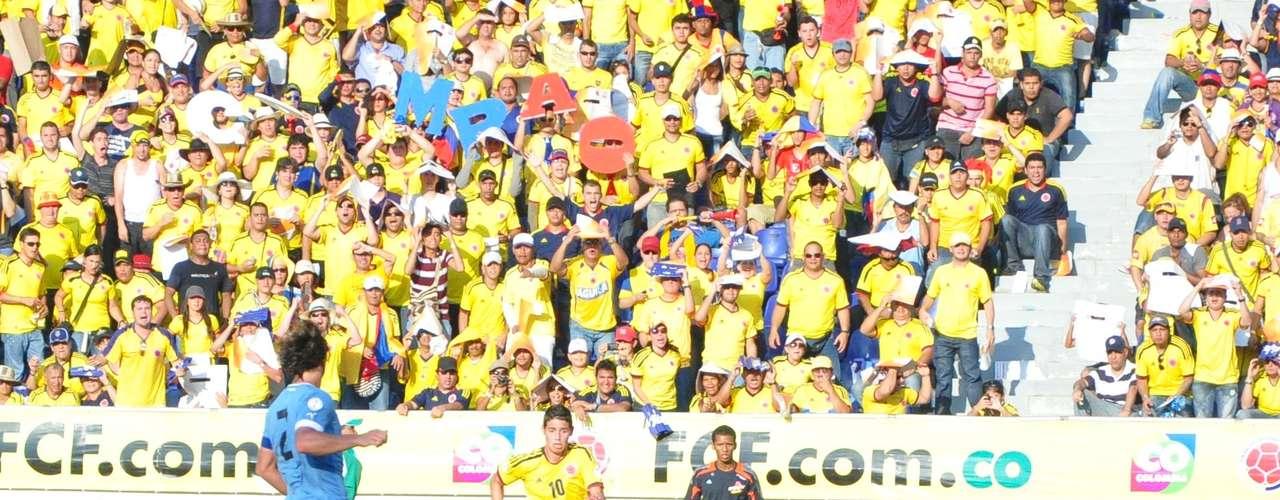 Tan solo cuatro minutos después Colombia recuperó el balón por la zona izquierda y James sacó un centró al corazón del área.