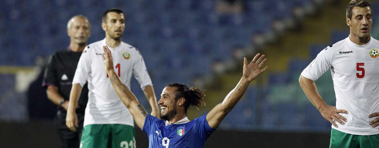Italy's Pablo Osvaldo celebrates after scoring his second goal against Bulgaria during their 2014 World Cup qualifying soccer match at Vassil Levski stadium in Sofia September 7, 2012.   REUTERS/Stoyan Nenov