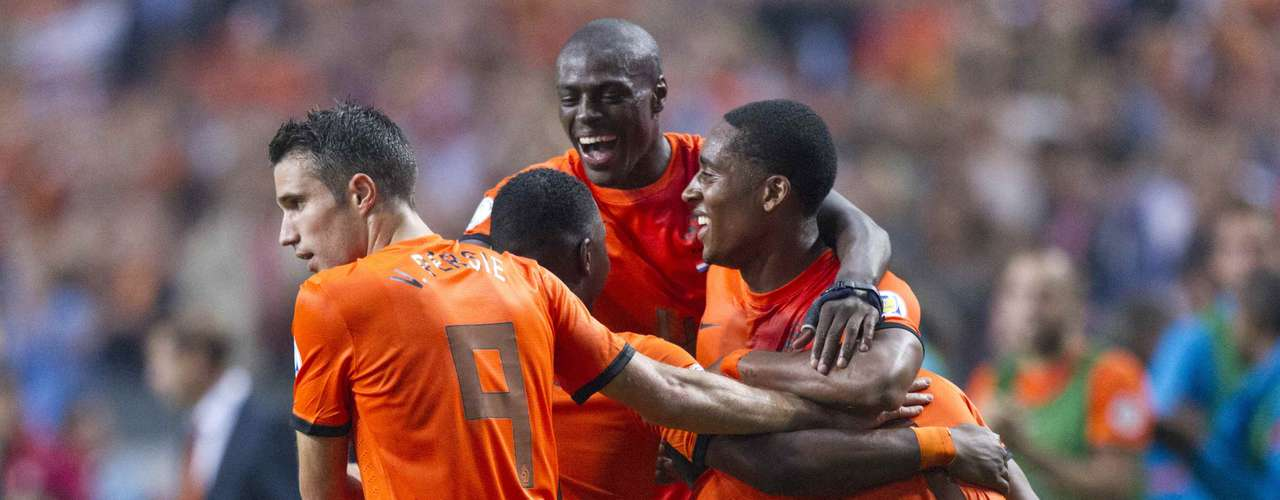 Robin van Persie (R), Bruna Martins Indi (back) and Leroy Fer of the Netherlands celebrate Luciano Narsingh's (R) goal against Turkey during their 2014 World Cup qualifying soccer match in Amsterdam September 7 , 2012. REUTERS/Michael Kooren