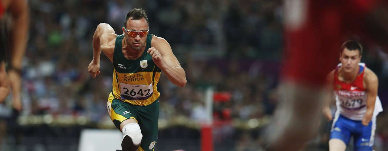 South Africa's Oscar Pistorius (L) starts in the men's 400m - T44 final.