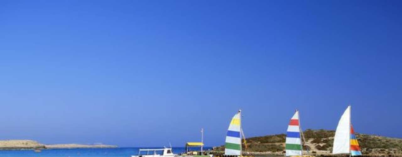 Nissi Beach, Ayia Napa, Chipre: si lo que esperas es comenzar el día en una playa con música alta y vista increíble, este es el lugar correcto. En una isla localizada en Mar Mediterráneo, Nissi Beach tiene fiestas con espuma, competiciones de bikinis y fiestas para beber y bailar.