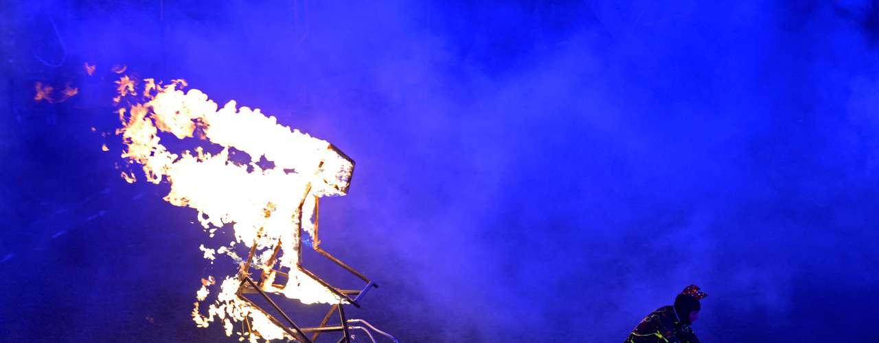La figura en llamas de un ciclista hace su aparación durante la ceremonia.