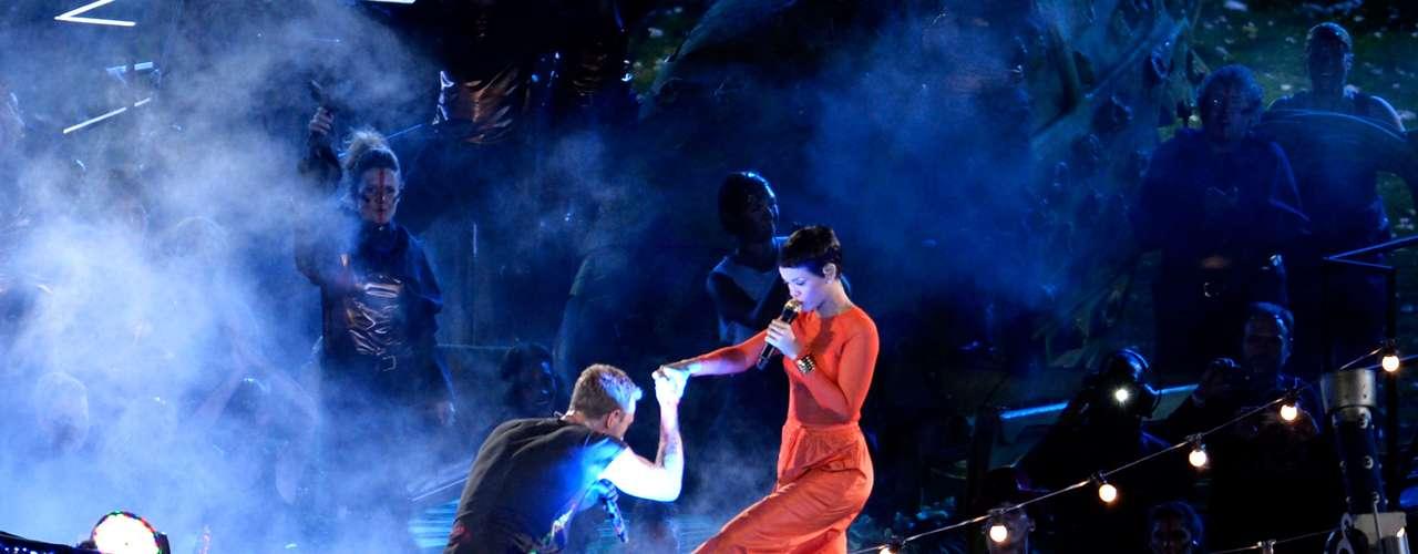 Rihanna hace su aparición en el escenario del Estadio Olímpico.