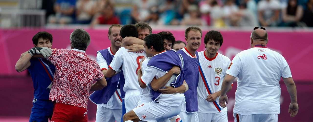 Los rusos del fútbol 7 festejan la medalla de oro de los Paralímpicos.