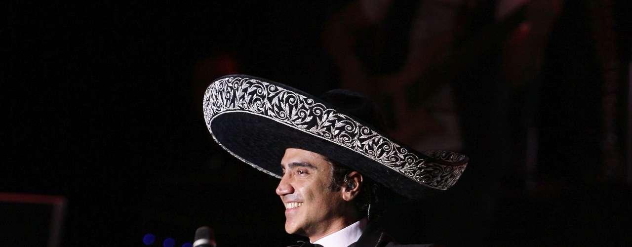 En la Arena VFG, propiedad de la familia Fernández, el cantante brilló sobre la tarima.
