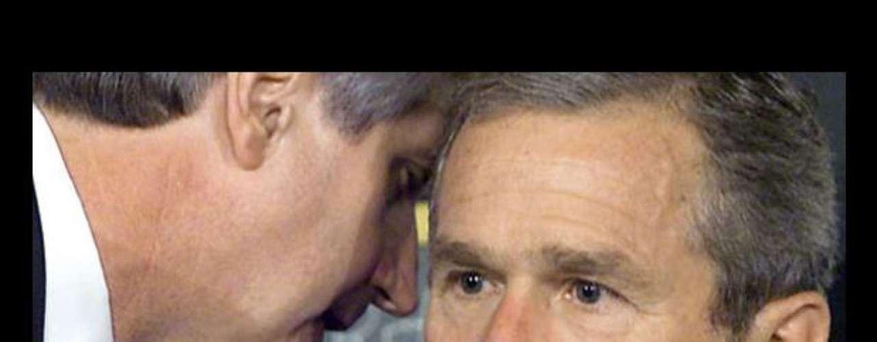 09:05:00 - El país está bajo ataque', le dice el jefe de gabinete de la Casa Blanca Andrew Card al presidente.