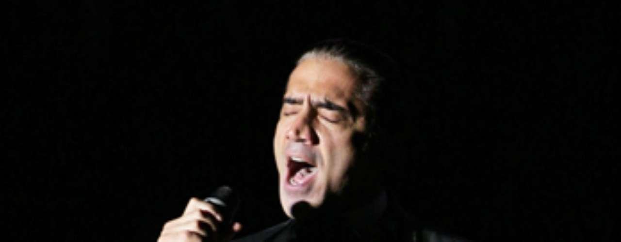 Además de deleitar con su estampa de galán sobre la tarima, la estrella sacó a relucir sus cualidades vocales.