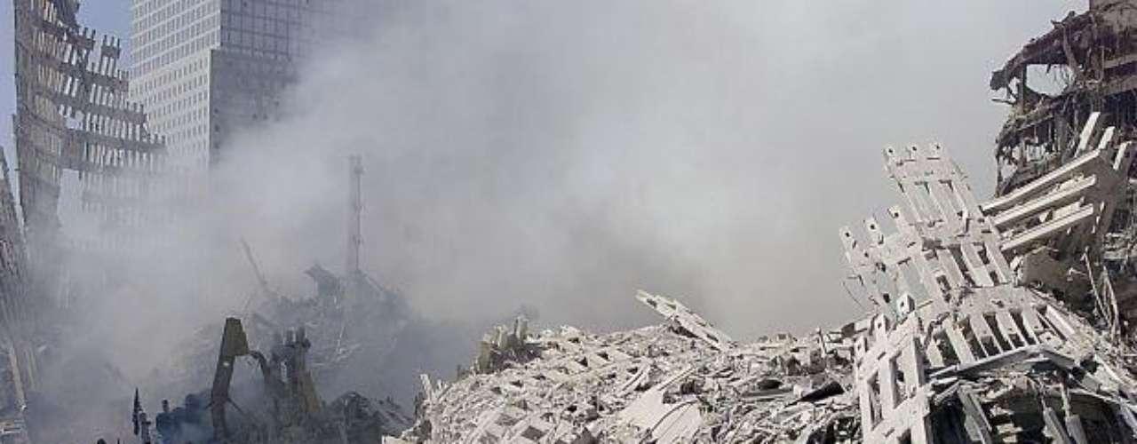 09:58:59 - Colapsa la Torre Sur, tarda unos 10 segundos en derrumbarse.