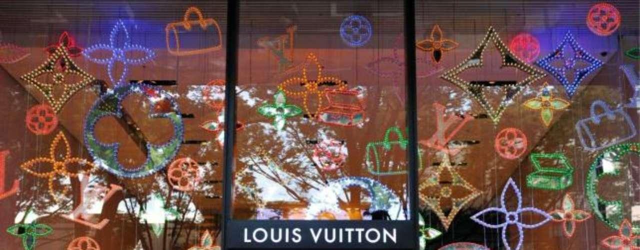 Louis Vuitton es la empresa estrella del grupo. Fundada en 1854 se dedica a la venta de accesorios, marroquinería o zapatos.