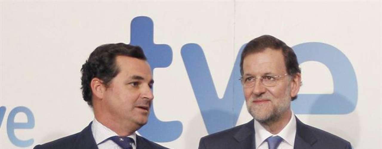 El presidente del Gobierno, Mariano Rajoy (d), posa junto al presidente de la Corporación RTVE, Leopoldo Gonzalez-Echenique (i), a su llegada a los estudios Buñuel para una realizar una entrevista en la 1 de TVE.