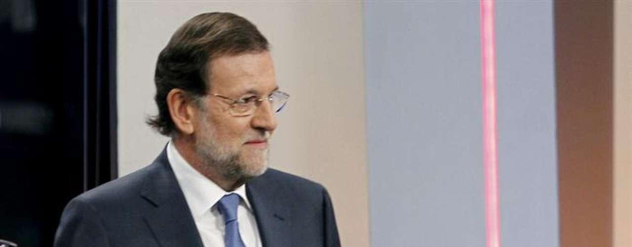 El presidente del Gobierno, Mariano Rajoy, momentos antes del comienzo de la entrevista en la 1 de TVE, en la que repasaró la situación política en la perspectiva de las elecciones vascas y gallegas, y económica, con la incógnita de cuándo se hará la petición al Banco Central Europeo para que compre deuda española.