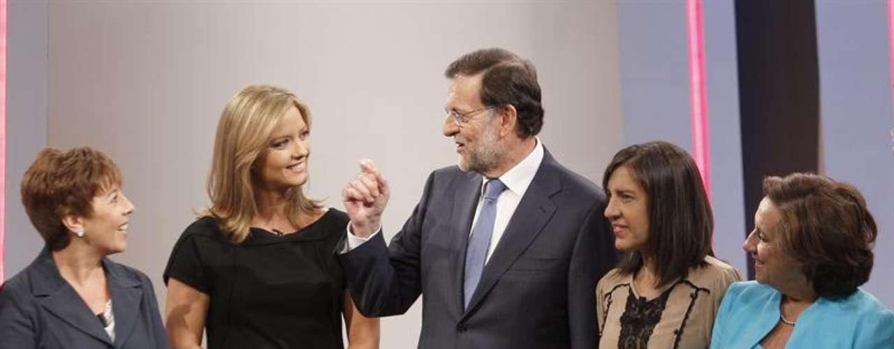 El presidente del Gobierno, Mariano Rajoy (c), con las periodistas Carmen del Riego, María Casado, Anabel Pérez y Victoria Prego (izq a dcha)