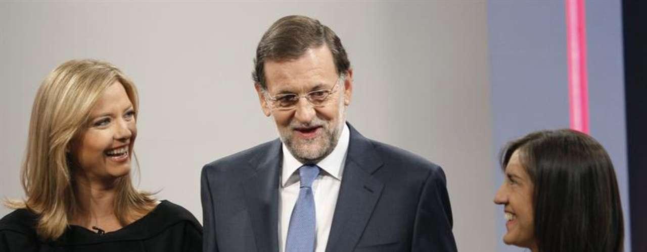 Rajoy (c) conversa con las periodistas María Casado (i) y Anabel Pérez (dcha), momentos antes de la entrevista en la 1 de TVE.