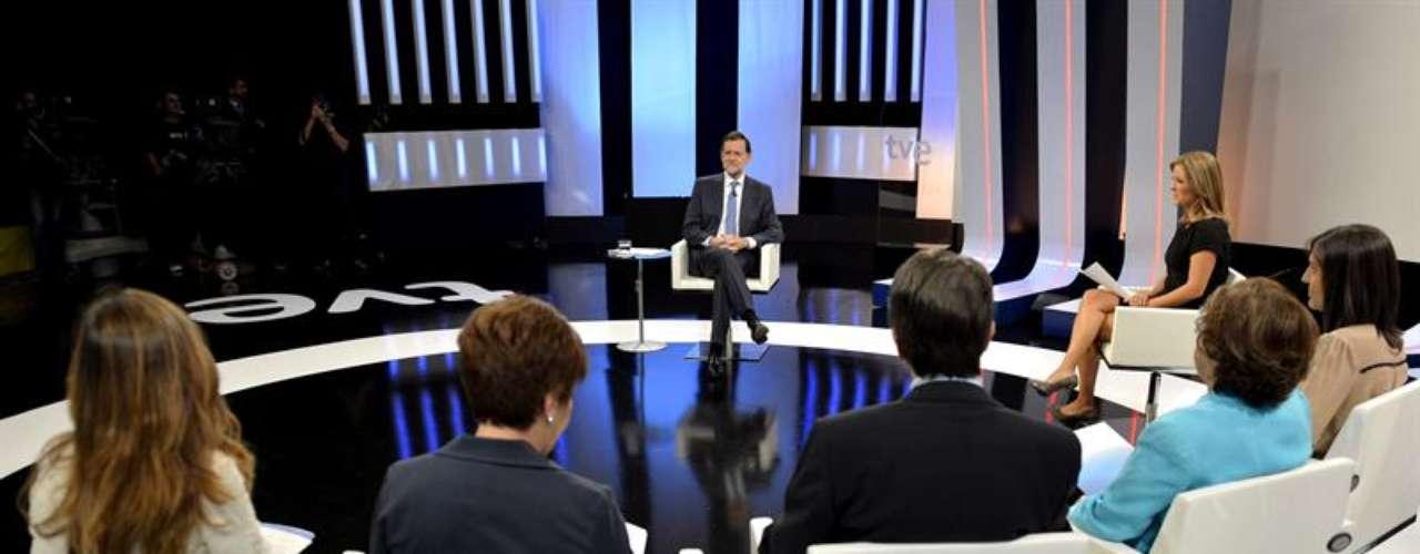 El presidente del Gobierno, Mariano Rajoy (c), durante la entrevista en la 1 de TVE.