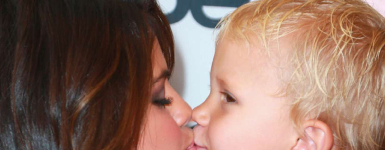 Selena Gómez le dió un tierno beso en los labios a Jaxon Bieber, el hermanito de Justin Bieber. La cantante lució feliz y radiante, mientras cargaba y rosaba los labios del familiar de su novio, en el estreno de la película \