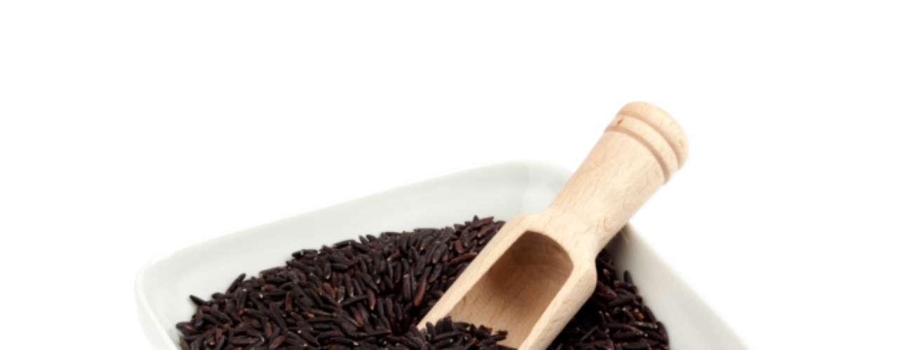 Arroz negro: así como el arroz integral, el arroz negro es una fuente de hierro y fibra. Además esta variedad tiene vitamina E y una mayor cantidad de antioxidantes que los arándanos.
