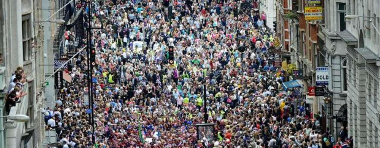 Este lunes, millares de británicos llenaron las calles de Londres para celebrar con los medallistas de los Juegos Paralímpicos 2012. Llamada de \