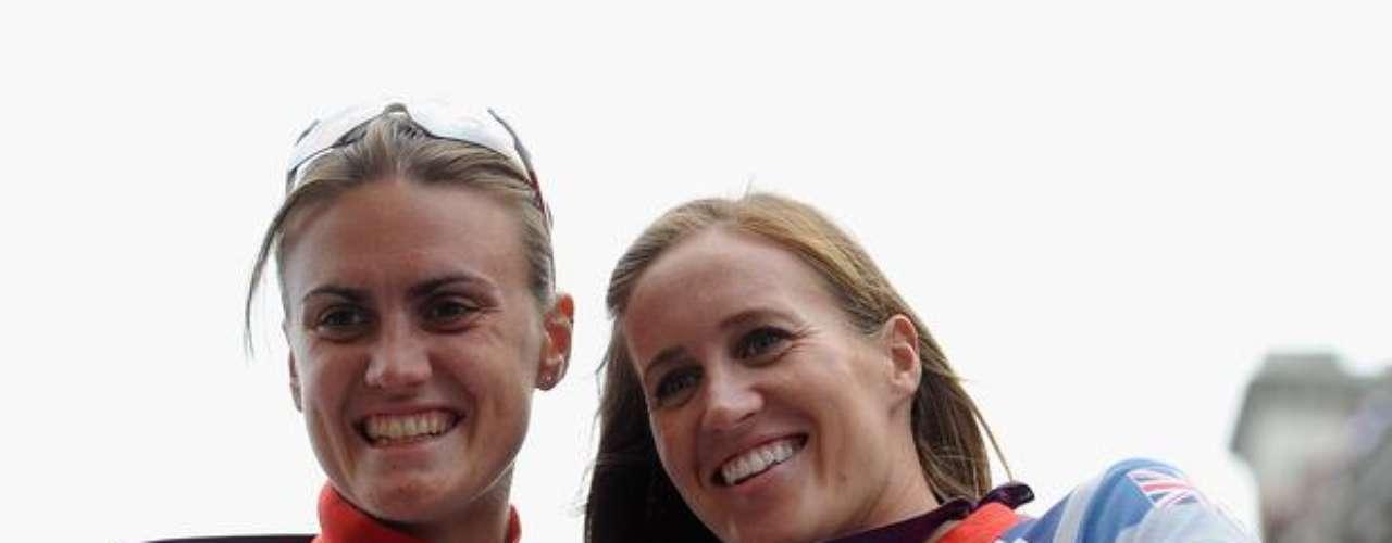 Helen Glover y Heather Stanning, que fueron campeonas olímpicas en remo, posaron para las cámaras.