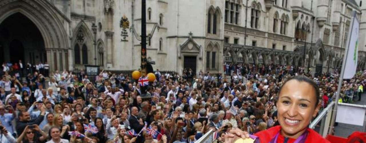 Participaron del evento los medallistas de los Juegos Olímpicos y Paralímpicos de Londres. Una de las estrellas de los anfitriones, la atleta Jessica Ennis exhibe su medalla de oro conquistada en el heptatlón.