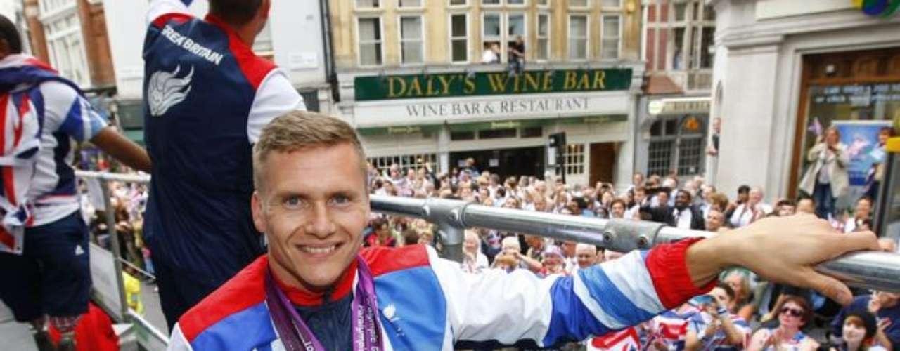 Dueño de la última presea británica en los Juegos Paralímpicos de Londres, en la prueba del maratón T54, David Weir muestra, orgulloso, sus cuatro medallas de oro conquistadas en 2012.