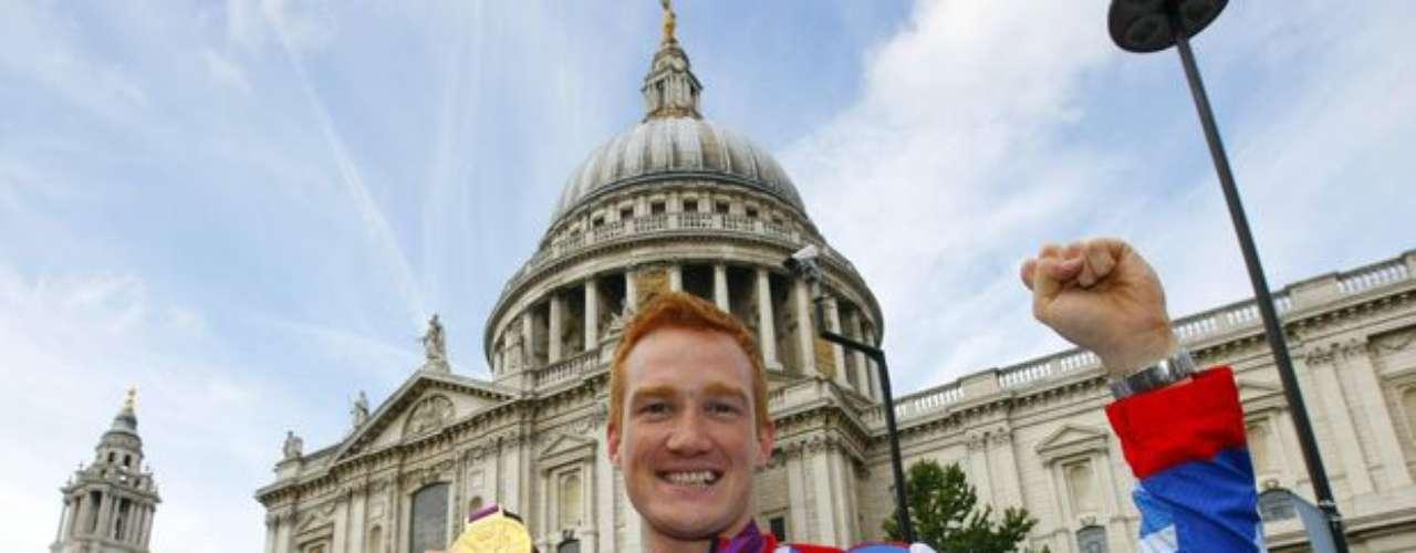 Con la Catedral de St Paul de fondo, Greg Rutherford posa con su medalla de oro olímpica. El británico de 25 años fue campeón en la prueba de salto de longitud.