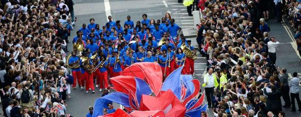 El evento contó con la presentación de un grupo de jóvenes, que formaron un dragón de cintas. También una banda tocó durante el desfile.