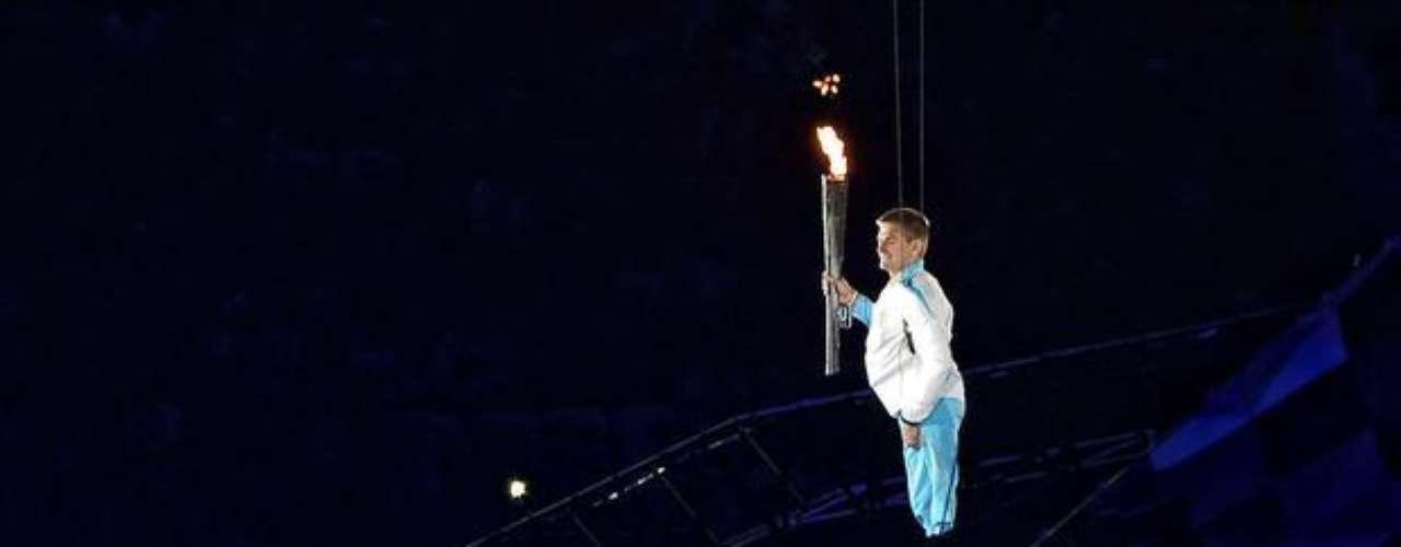 Soldado británico vuela con la antorcha durante la ceremonia de apertura de los Juegos Paralímpicos de Londres.