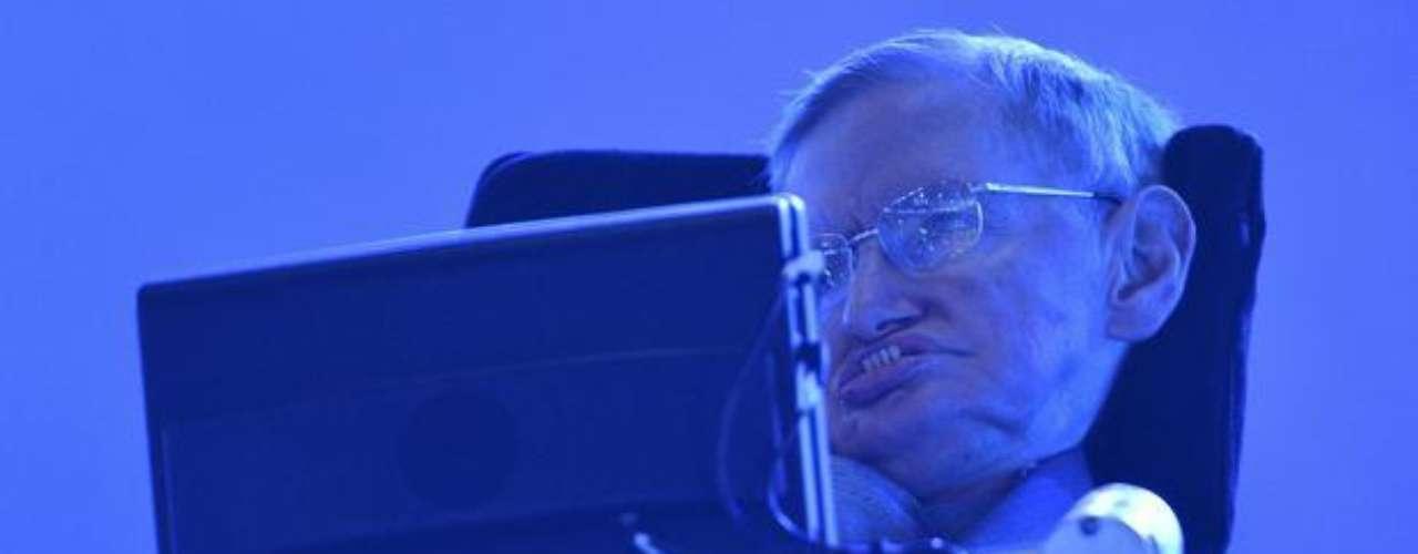 Stephen Hawking, físico reconocido en todo el planeta y víctima de esclerosis lateral amiotrófica, discursa en la ceremonia de apertura de los Juegos Paralímpicos de Londres 2012. Hawking, que no puede hablar, se comunica a través de un software y de un sintetizador de voz, que funcionan a partir de pequeños movimientos del rostro.