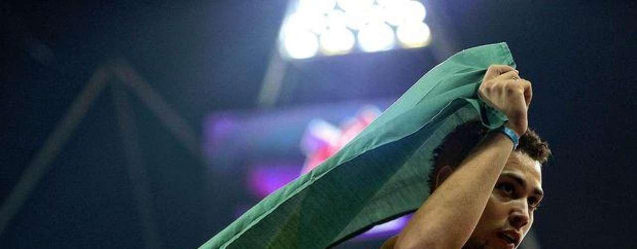 El brasileño Alan Fonteles corre con la bandera tras vencer a Oscar Pistorius y conquistar el oro en los 200 m T44.