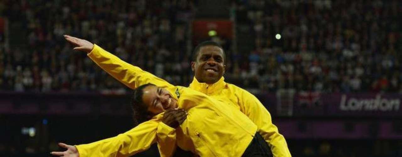 La brasileña Jhulia Santos y su guía Fábio Dias festejan medalla de bronce conquistada en los 100 m T11.