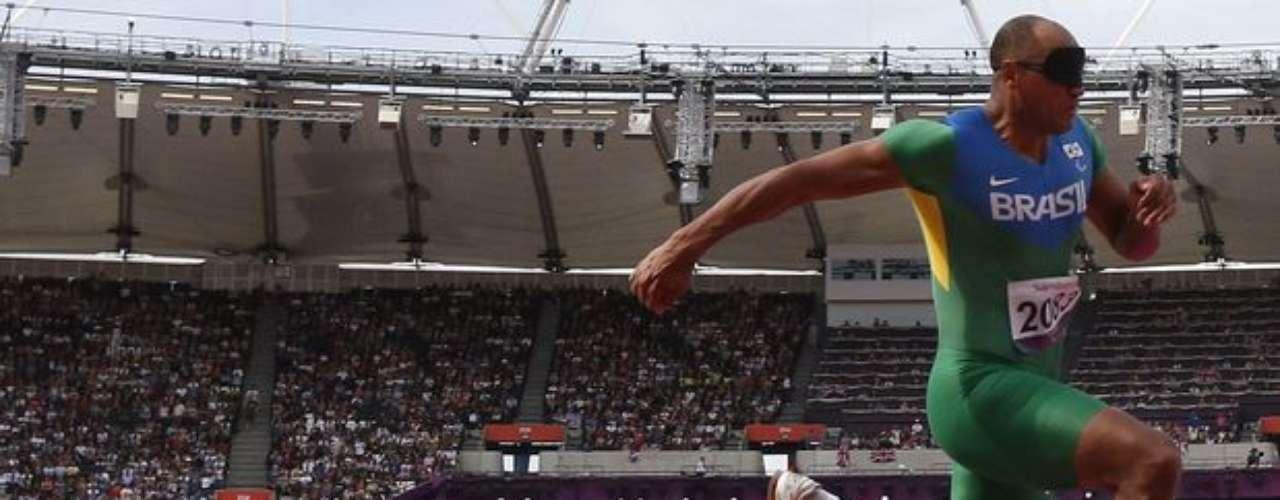 Fiscal cae de la silla exactamente en el momento en que el brasileño Luciano dos Santos Pereira disputa el salto triple. El atleta no fue perjudicado y terminó en 9º lugar.